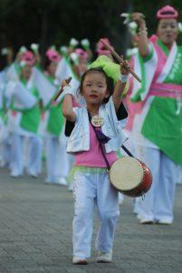 japanisches Mädchen mit Trommel